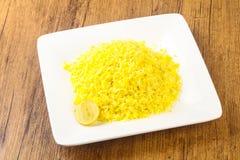 Gula ris med limefrukt arkivbild
