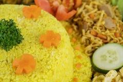 Gula ris som dekoreras med tomaten på tabellen royaltyfria foton