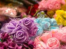 Gula rosa blåa röda lilor för färgrika rosor Royaltyfri Foto