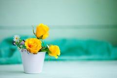 Gula rosor på en trätabell En höstbakgrund med kopieringsutrymme höstlivstid fortfarande Arkivfoton