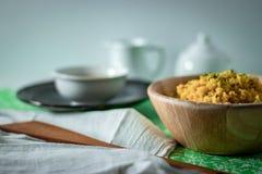 Gula saffranris med te för lunch royaltyfria foton