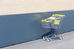 Gula shoppingvagnar bredvid shoppinggalleria Royaltyfria Foton