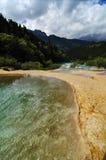 Gula sjöar på bergen i Huanglong skönhetfläck Arkivbilder