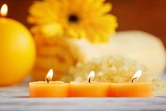 Gula små stearinljus för Closeup Spa produktinställning Arkivfoton
