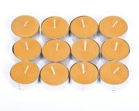 12 gula stearinljus Arkivfoton