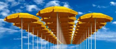 Gula strandparaplyer Royaltyfria Bilder