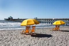 Gula strandstolar under paraplyet South Carolina Royaltyfria Bilder