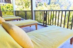 Gula sunbeds på balkongrummet Royaltyfri Bild