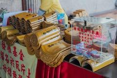 Gula taktegelplattor med namnet för bön` s för framställning av merit på Kek Lok Si Temple på George Town Panang Malaysia arkivbilder