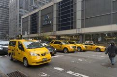 Gula taxi i manhattan Royaltyfri Foto