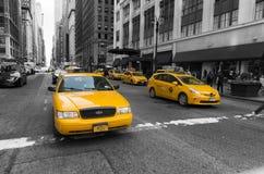 Gula taxi i manhattan Royaltyfri Fotografi