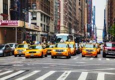 Gula taxi på den New York City gatan Arkivfoto