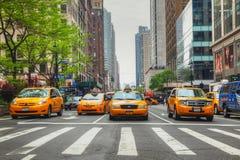 Gula taxi på den New York City gatan Royaltyfri Foto