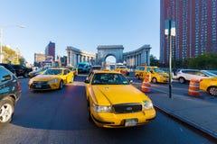 Gula taxiar i Manhattan, NYC Royaltyfria Bilder