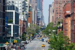 Gula taxiar och bilar i Manhattan Arkivfoto