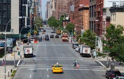 Gula taxiar och bilar i Manhattan Arkivbild