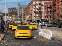 Gula taxitaxiar ställs upp Royaltyfria Bilder