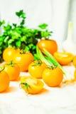 Gula tomater, saftiga sommargrönsaker och saftiga gräsplaner som är valda Arkivfoto