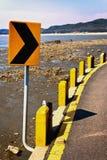 Gula trafiktecken på sjösidakanten Arkivfoton