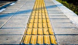 Gula trottoarmarkörer för de blinda gångarna royaltyfri foto
