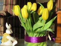 Gula tulpan ljusnar upp påskferien, men vad om den vita kaninen? royaltyfria foton
