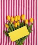 Gula tulpan med den gula vykortet Arkivbilder