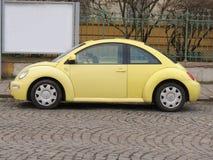 Gula Volkswagen New Beetle Fotografering för Bildbyråer