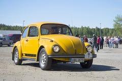 Gula Volkswagen 1600 (skalbagge) på ståta av tappningbilar i Kerimyki Royaltyfria Foton