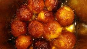 Gulab Jamun color dulce del marrón del plato Fotos de archivo