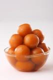 Gulab jamun in een kom stock afbeeldingen