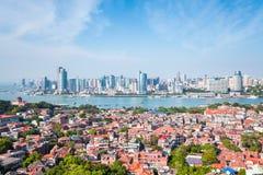 Gulangyu-Insel mit Xiamen-Skylinen in der Tageszeit lizenzfreie stockfotografie