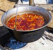Gulasch draußen kochen Stockfotos
