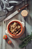 Gulasch in einem keramischen Topf Stockfotografie