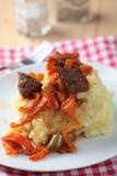 Gulasch mit gestampfter Kartoffel Stockbild