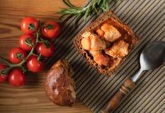 Gulasch mit Stücken Fleisch Stockfotos