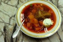 Gulasch nötkött, tomaten, peppar, chili, rökte paprikasoppa Traditionell ungersk maträtt arkivfoto
