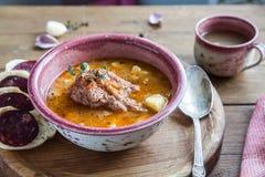 Gulaschsoppa med kött och potatisar, slutsikt, lantlig stil fotografering för bildbyråer