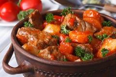 Gulasz w pomidorowym kumberlandzie z warzywami zamkniętymi up w garnku Fotografia Stock