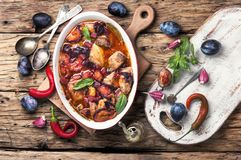 Gulaszu mięso w śliwkowym kumberlandzie Zdjęcie Stock