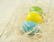 Guld- ägg över grön lutningbakgrund Royaltyfri Fotografi