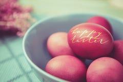 Guld- ägg över grön lutningbakgrund Royaltyfria Foton