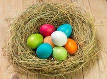 Guld- ägg över grön lutningbakgrund Arkivfoton