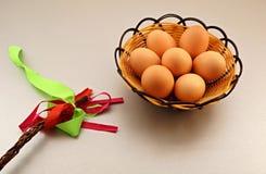 Guld- ägg över grön lutningbakgrund Arkivbild
