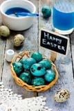 Guld- ägg över grön lutningbakgrund Arkivbilder