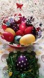 Guld- ägg över grön lutningbakgrund Arkivfoto