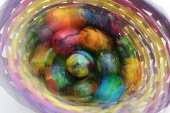 Guld- ägg över grön lutningbakgrund Foto i rörelseeffekter under skytte Inte stolpeprocess Handgjorda målade ägg i korgen för pås Royaltyfria Foton
