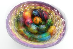 Guld- ägg över grön lutningbakgrund Foto i rörelseeffekter under skytte Inte stolpeprocess Handgjorda målade ägg i korgen för pås Royaltyfri Bild