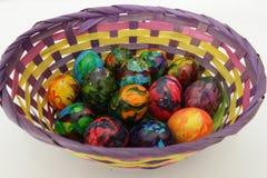 Guld- ägg över grön lutningbakgrund Handgjorda målade ägg för påskberöm som isoleras på vit bakgrund Påsk kulöra easter ägg Arkivfoton