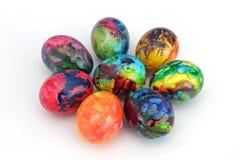 Guld- ägg över grön lutningbakgrund Handgjorda målade ägg för påskberöm som isoleras på vit bakgrund Påsk kulöra easter ägg Royaltyfri Fotografi