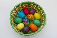 Guld- ägg över grön lutningbakgrund Handgjorda målade ägg för påskberöm som isoleras på vit bakgrund Påsk kulöra easter ägg Arkivbilder